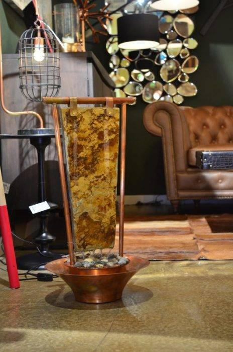 Fantana MONOLOG face parte din categoria de Fantani ZEN de interior realizata de bluConcept. Fantana este construita manual, folosind cupru veritabil, ce se patineaza apoi la flacara pentru a obtine nuante variate de culoare. Modelul permite personalizare cu o gama variata de piatra naturala - ardezie multicoloră, șisturi si marmură.