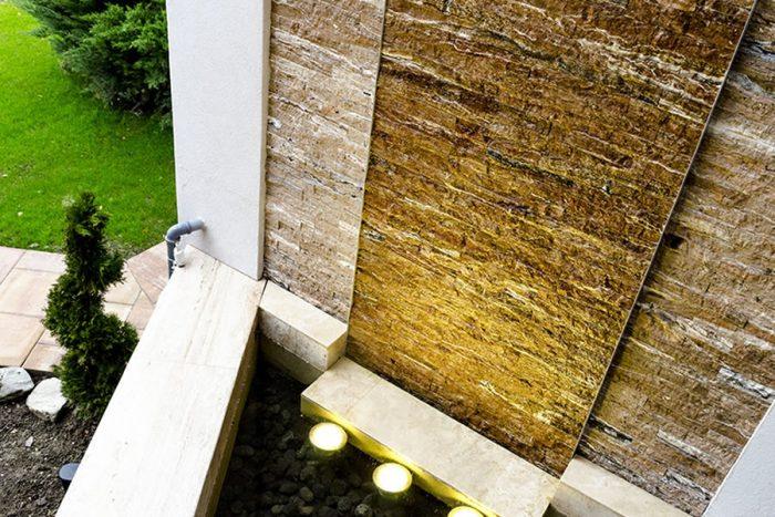 poza cu fantana cascada din piatra pentru exterior - idei de amenajari terase exterioare si gradini