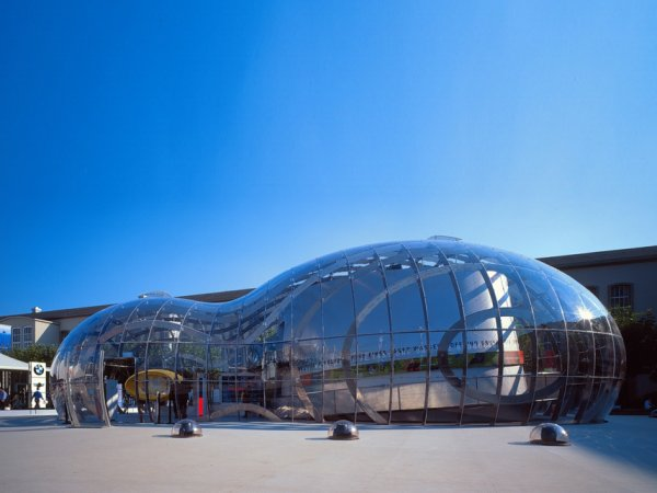 """forme arhitecturale modelate literalmente după stropii de apă, ca vizionara """"Bubble"""" a lui Bernhard Franken pentru BMW"""