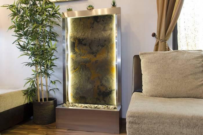 poza amenajare fantana cu panou de piatra ondulat pentru interior