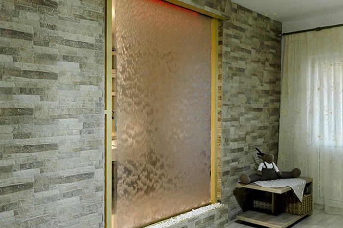 Perdelele de apa pentru apartament instalate pe post de pereti despartitori intre doua zone din locuinta