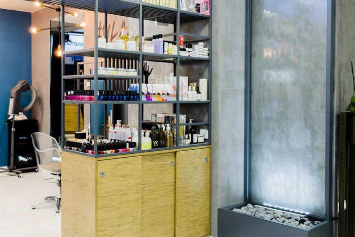 Perdea de apa pe sticla pentru amenajarea receptiei unui salon de cosmetica