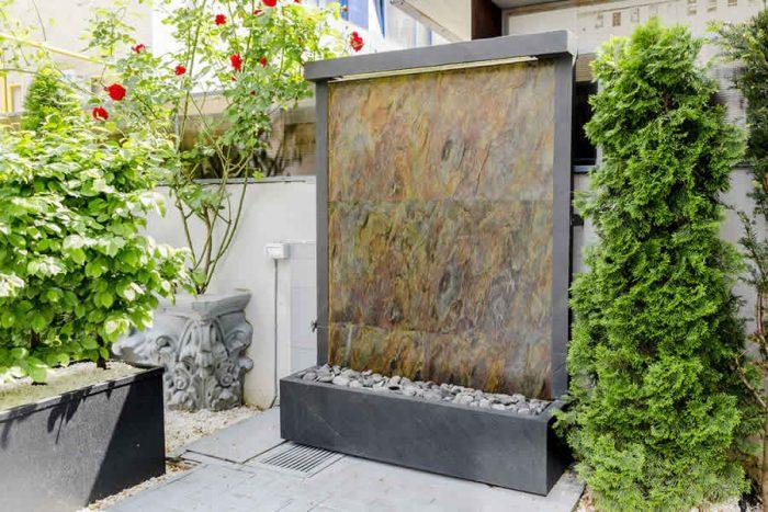 Acest perete cu apa curgatoare își face simțit prezența din momentul în care pășești pe terasa restaurantului ZenSushi